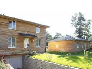 Passivhaus mit Holzverkleidung aussen (Rückansicht)