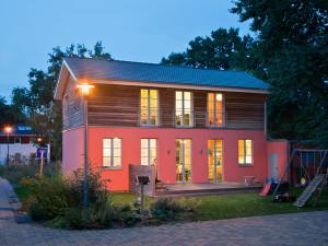 zweistöckiges Passivhaus bei Nacht